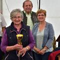 bei der Pokalübergabe an die älteste Fahrerin Edeltraud S. / Frau Vize BGM Susanne Satory und OV Ludwig Knell