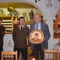 Kommandant HBI Herbert Gundinger bei der Übergabe des FF Ehrengeschenkes