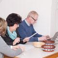 Margit und Martina untersützten tatkräftig Spielleiter Karl Bruckner in der Organisation