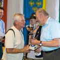 Obmann Rupert Öhlknecht übergibt den Pokal an Karl Schleinzer sen.