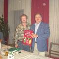 Überreichung Ehrengeschenk an UNION Präsident R. Hager