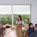 Tanja begrüßt die zahlreichen Gäste und informiert über ihren Familienbetrieb