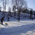 Eislaufplatzwart Leopold Anglmayer und seine Helfer bringen in der Pause den Platz wieder in Ordnung