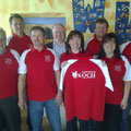 Gabi + Martin Bruckner + Team übergeben die Poloshirts für das Gasthaus Koch
