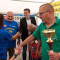 Ueberreichung des Pokale für den 1. Platz ind der Gruppenwertung von LTF Präsident Josef Kraft