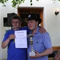 Norbert + Harald nehmen den Pokal für den 1. Platz in der Gruppenwertung entgegen