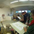 Wir malen und zeichnen in Kleingruppen.