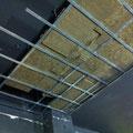 Trabajos en techo acustico, primera placa de pladur