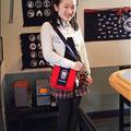 2014.3.29 おばあさまと一緒にご来店の中学校1年生のお友達!オーダーメイドのバッグがお気に入りとのこと。とってもよくお似合いですね〜☆