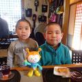 2013.11.20 孝太郎君と祐太郎君です。カタい表情がこれまたカワイイ♡またお店にきてくださいね!