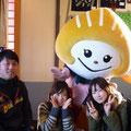 2014.1.11 sahoちゃんとお友達がご来店!ふかひれちゃんに、とってもかわいい手づくりの「ふかひれちゃんヘアゴム」をプレゼントしていただきました♡♡