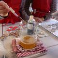 Huulirasvaan sekoitetaan hunaja.