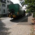 Der Transporter rollt an und blockiert die Angelikastraße komplett.