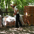 Dachdeckermeister Schütze prüft die Lieferung