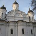 Храм  был возведен в имении Бориса Годунова, в 1596-1598 годах. Летом 2002 г. восстановлен уникальный декор - керамические блюда в закомарах центрального объема.