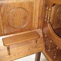 В греческих православных храмах вдоль стен всегда делают так называемые «стасидии» – высокие деревянные кресла, в которых сиденья могут подниматься и опускаться.