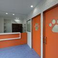 待合室と受付 オレンジの壁とタイルで仕上げています