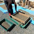 「燻炭」も篩掛けをして、藁や枯れ草などのゴミを取り除きます。