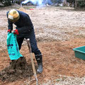 米糠を田土に入れ発酵させて作る自家製の「稲育苗用培養土」を作ります。