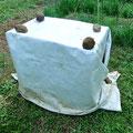 保温と保湿の為に被覆材のシートを被せ、4〜5日かけて発芽させます。