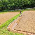 里山の田んぼならではの「畦塗り」の作業は、