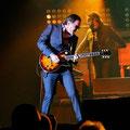 Blauer Anzug, dunkle Brille, Paula in Aktion, so kennt man ihn: Joe Bonamassa (Foto ©Nilles)
