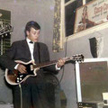 Charles Pater met zijn nieuwe Framus Hollywood gitaar.