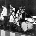 JOHNNY & HIS CELLAR ROCKERS 1961 (foto:   Piccolo - België  2/1962) vlnr: Cocky Akkerman - Hans Kuyt - Jan Akkerman - Cor Engelsma - Jan Burgers - Pierre v.d. Linden (Cor Engelsma met de zelfbouw 'starbas' van Jan Akkerman)