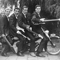 Johnny & his Cellar Rockers op Tomos bromfiets (1964)