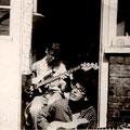 Jan en Hans Hollestelle met hun zelfbouw electrische bas- en sologitaar (fotocollectie: Hans Hollestelle)
