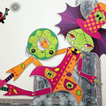 Trampolina y su donut son artistas callejeras que tienen su propio espectáculo de terror. Nadie parece sospechar que no están disfrazadas… Esa es su apariencia habitual y, por supuesto, ¡son zombies de verdad!
