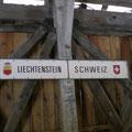 Weiter ging es am Rhein entlang mit einem kleinen Abstecher über eine alte Holzbrücke nach Liechtenstein
