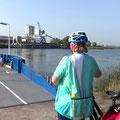 """Und noch einmal eine kleine Fährfahrt über einen Kanal, der sich bald in """"Nederrijn"""" und """"Ijssel"""" aufspaltet"""