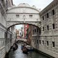"""Venedig: die """"Seufzerbrücke"""", über die es ins Gefängnis (die """"Bleikammern"""") ging"""