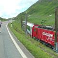 Neben uns fährt der Glacier-Express