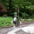 Wir überschreiten die Grenze nach Österreich - mitten im Wald