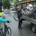 Verladung der Fahrräder auf den Shuttlebus in Landeck