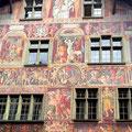 Wir fahren noch durch die deutsche Enklave Büsingen und erreichen Schaffhausen. Hausfassade in Schaffhausen