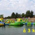 lac de la Thésauque avec l'aire de jeux gonflables près des Gites des Camparros à Nailloux