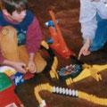 """Erster von elf """"Domino Days"""" mit zwei befreundeten Familien, die ebenfalls gerade im Dominofieber waren."""