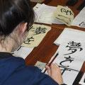 Edwige calligraphie son prénom en japonais pour finaliser sa calligraphie.