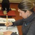 Claire concentrée sur son travail.
