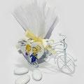 Triciclo con cestino portaconfetti in ferro laccato bianco, con caricatura su legno - Misura 11X6X5cm. circa