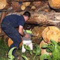Jaro Deubel entzündet das Feuer (Papa hilft dabei)