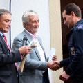 Dominik Deubel erhält die Ernennungsurkunde zum Wehrführer
