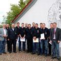 Hermann Bohrer, Udo März und Martin Engelhard mit beförderten Feuerwehrmännern