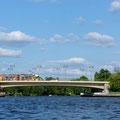 Dammbrücke-Straßenbahn fährt auf der Lindenstraße in die Köpenicker Altstadt