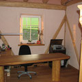 natürliches Bauen mit Holz im Geschäftsraum unseres Musterhauses als Niedrigenergiehaus in natürlicher Bauweise