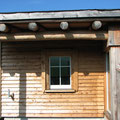 Fassadenschalung der Wetterseite aus Naturbaustoffen wie Lärchenholz