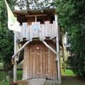 Baumhaus mit Rundhölzern und Verschalung aus Lärche